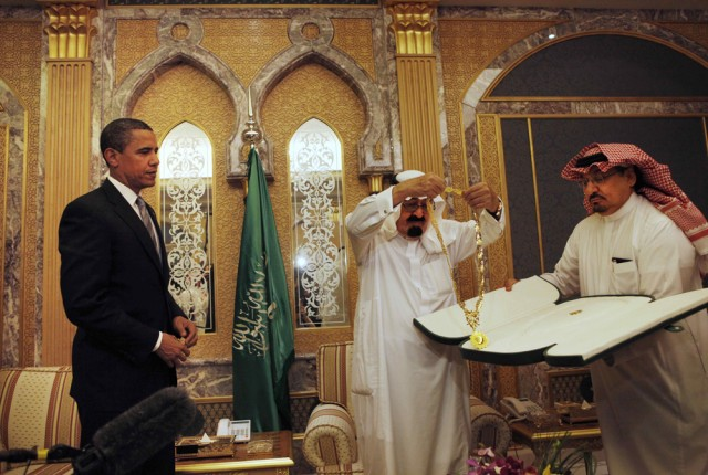 Image: Barack Obama receives gift from King Abdullah