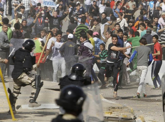 Image: Anti-government protest clash with police in Baghdad