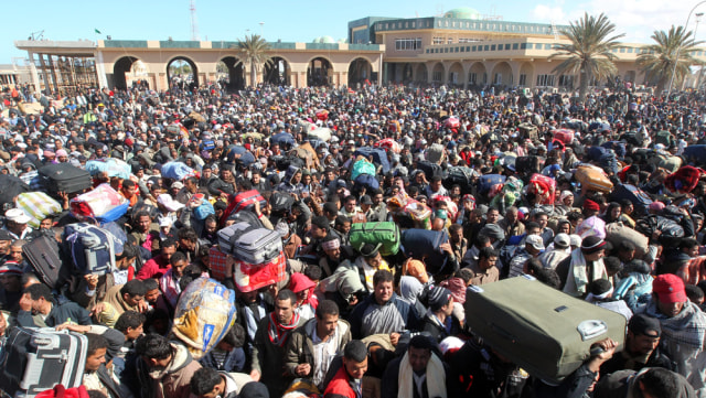 Image: Egyptians fleeing Libya's violence, at the Tunisian border