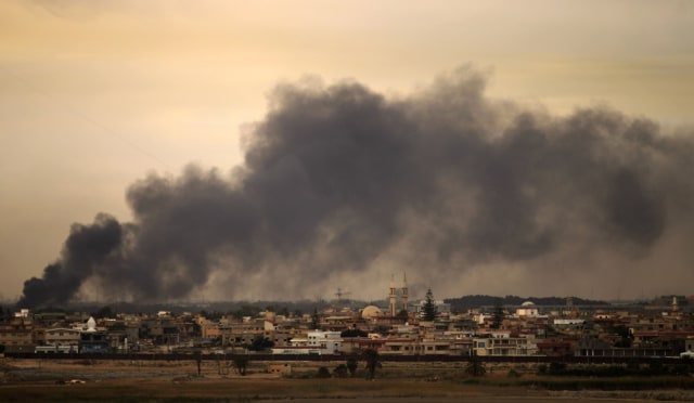 Image: Smoke billows from a Benghazi neighbourh