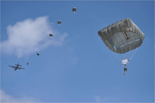 Image: Soldiers jump with new parachute