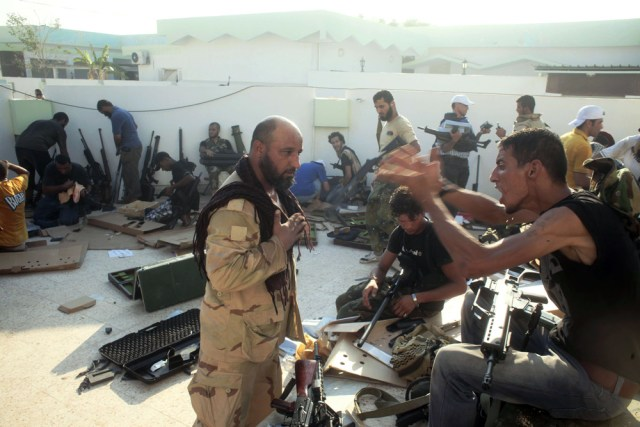 Image: Libyan rebels loot weapons from Gadhafi's compound