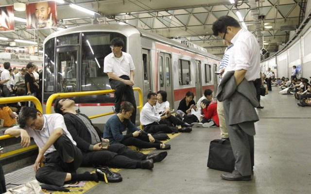Image: Passengers wait for the resumption of train service in Tokyo