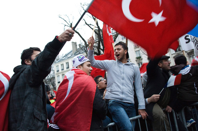 Image: Turks demonstrate in Paris