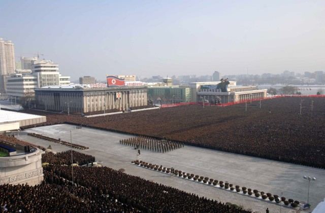 Image: Thousands of North Koreas pay their respects to Kim Jong Il