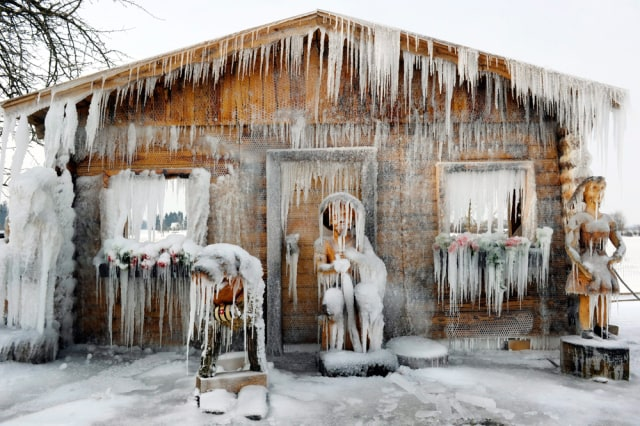 Image: Wooden figurines transformed into sculptures of ice in Seegraeben, Switzerland