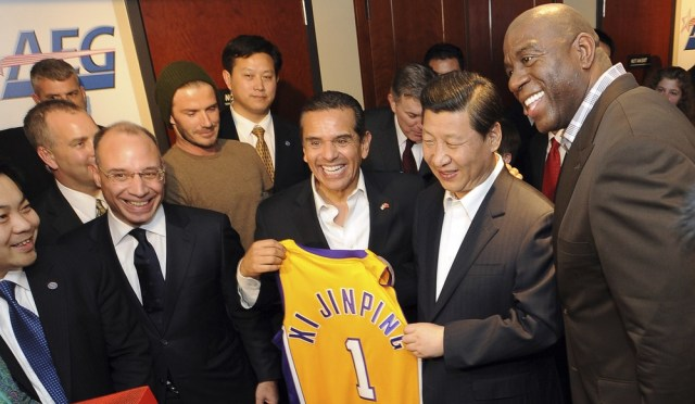 Image: Chinese Vice President Xi Jinping is presented with a souvenir Los Angeles Laker jersey
