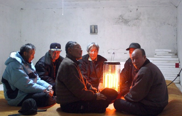 Image: South Korean residents gather in a bomb shelter