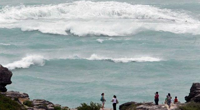 Image: Surf off Bermuda
