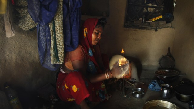 Image: Woman making chapati