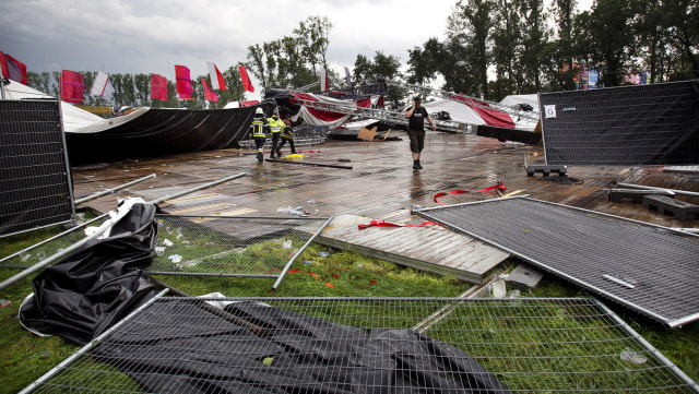 Image: A collapsed tent at the Pukkelpop music festival in Belgium