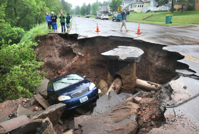 Image: Car in sinkhole