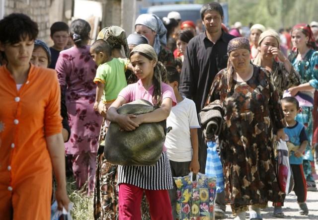 Uzbeks flee kyrgyzstan seek safety at border world news south and