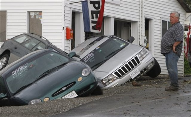 Image: Cars in sinkhole