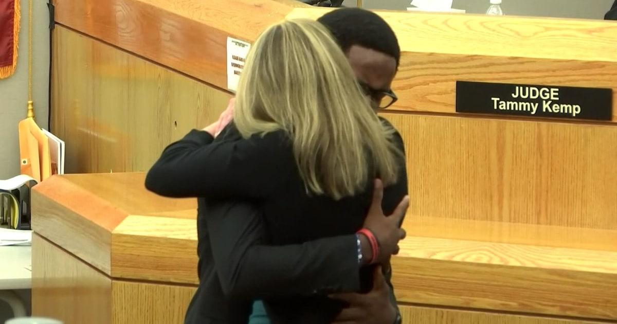 Botham Jean ' s Bruder umarmt Amber Guyger nach der Urteilsverkündung