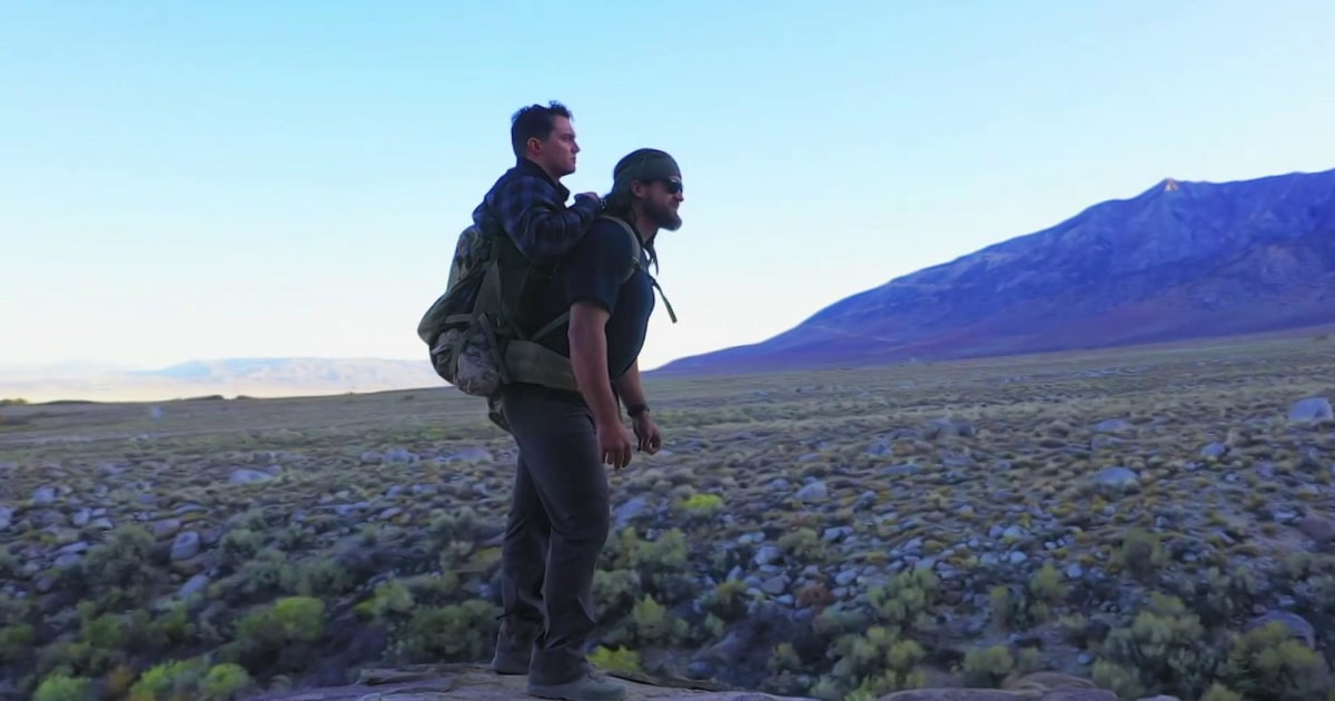 Veteranen mit einer unglaublichen bond gemeinsam Wandern — die eine trägt die andere auf seinen Rücken