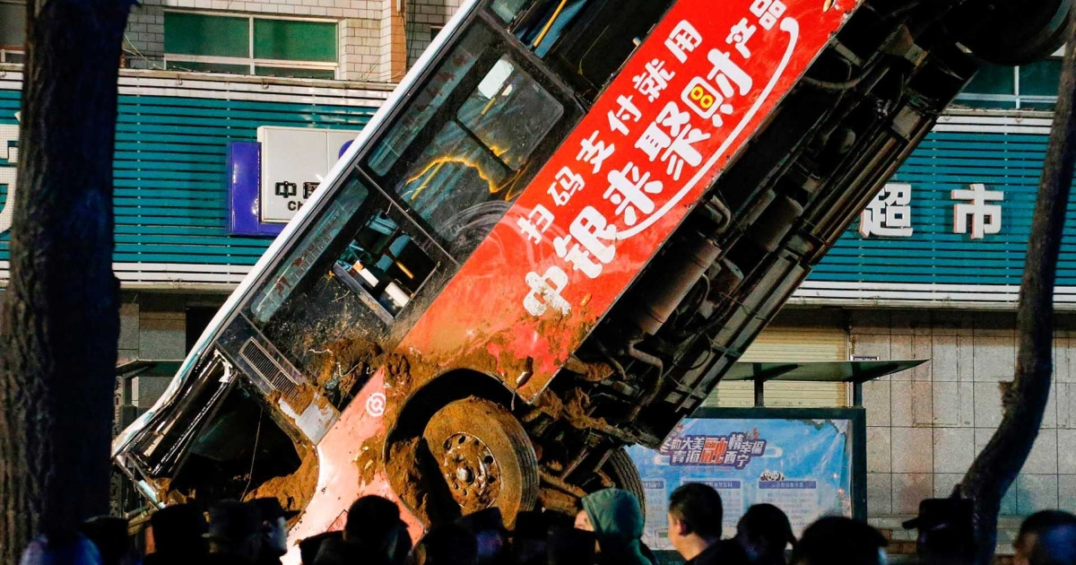 Sinkholeスワローズバス、歩行者の北西部中国