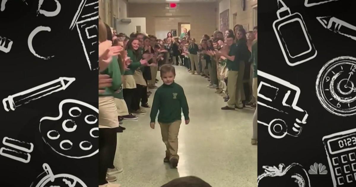 6-jährige bekommt große willkommen zurück zu Schule nach der letzten chemo-Behandlung