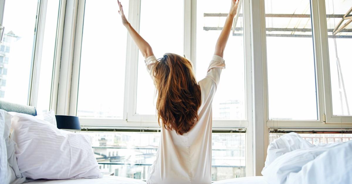 4 τμήματα γιόγκα που μπορείτε να κάνετε στο κρεβάτι — δεν απαιτείται χαλί