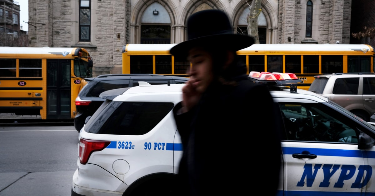 'Anda hanya harus hidup dengan itu': Brooklyn komunitas Yahudi Ortodoks merespon serangan anti-Semit