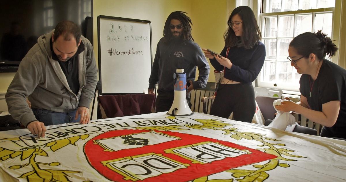 Von campus im Gerichtssaal: Studenten verklagen Harvard über das Gefängnis Investitionen