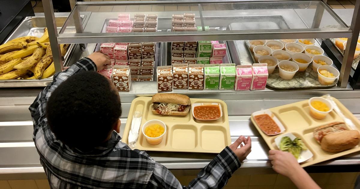 Makan siang di sekolah mempermalukan Amerika malu. Berikut adalah cara untuk memperbaikinya.