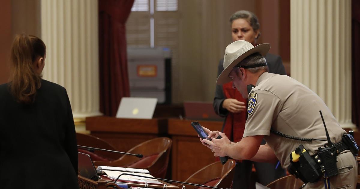 Διαδηλωτής πετάει το κόκκινο υγρό στο California νομοθέτες