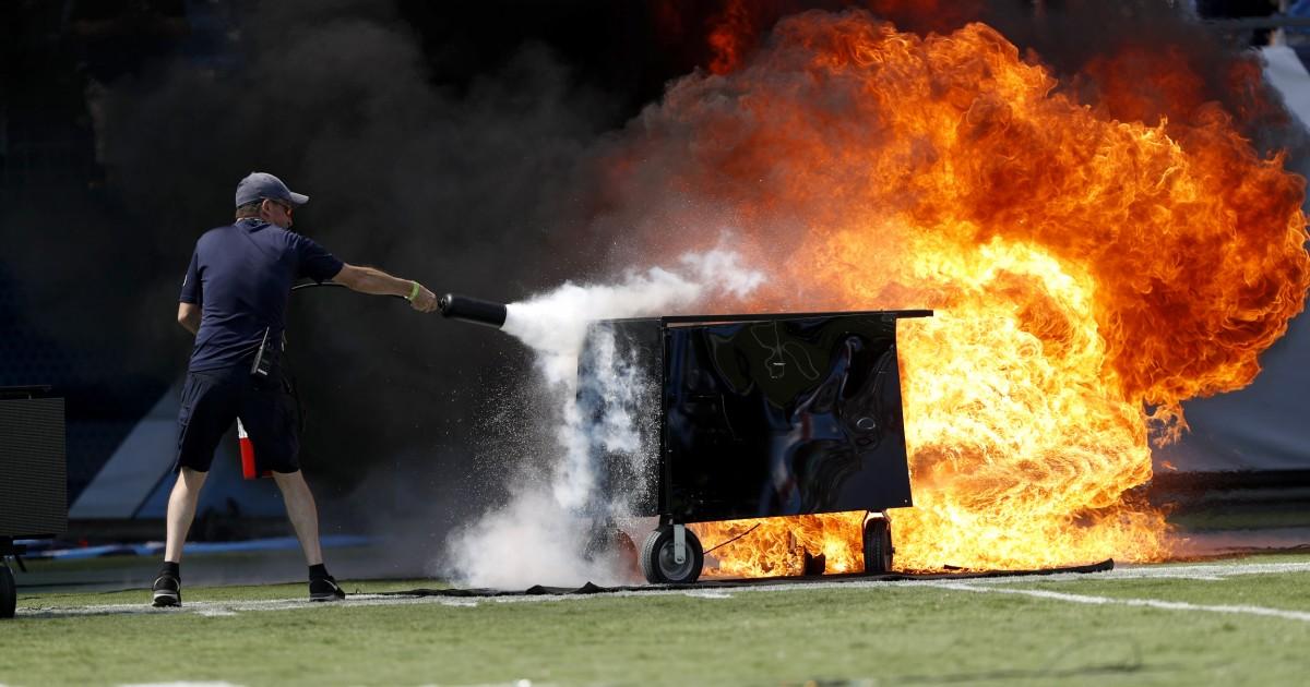 Dramatische Bilder zeigen, auf dem Feld blaze, bevor Titans-Colts kickoff