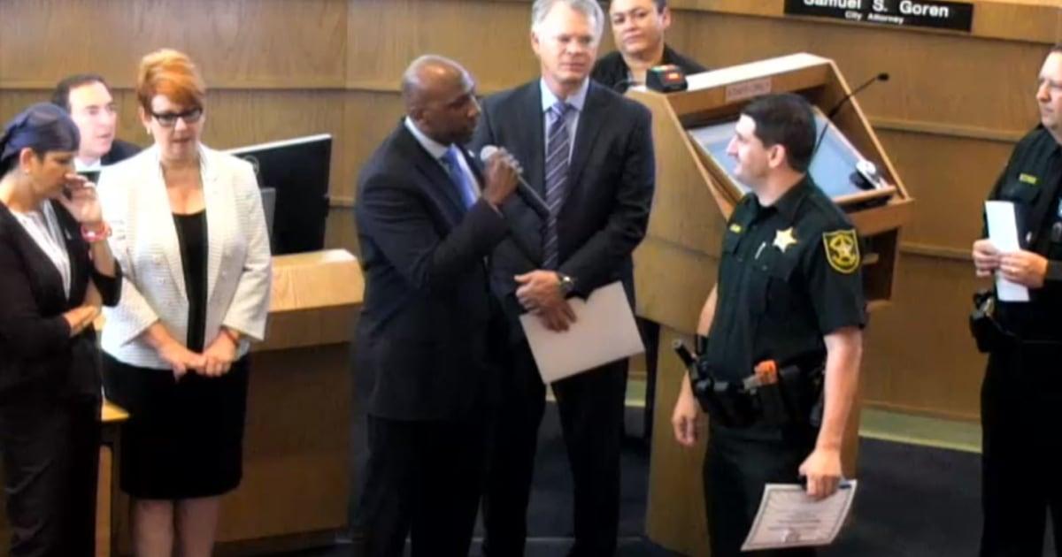 Florida city Kommissar konfrontiert Stellvertreter bei der Siegerehrung über Festnahme