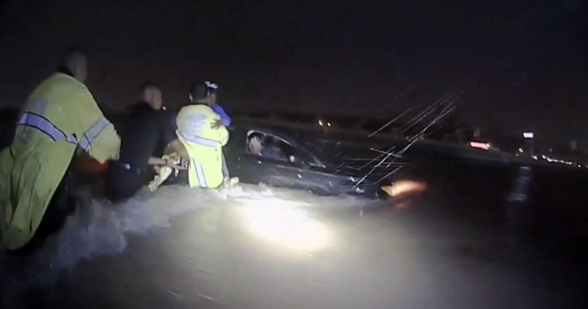 Video menunjukkan Texas petugas membentuk rantai manusia untuk menyelamatkan keluarga selama Imelda