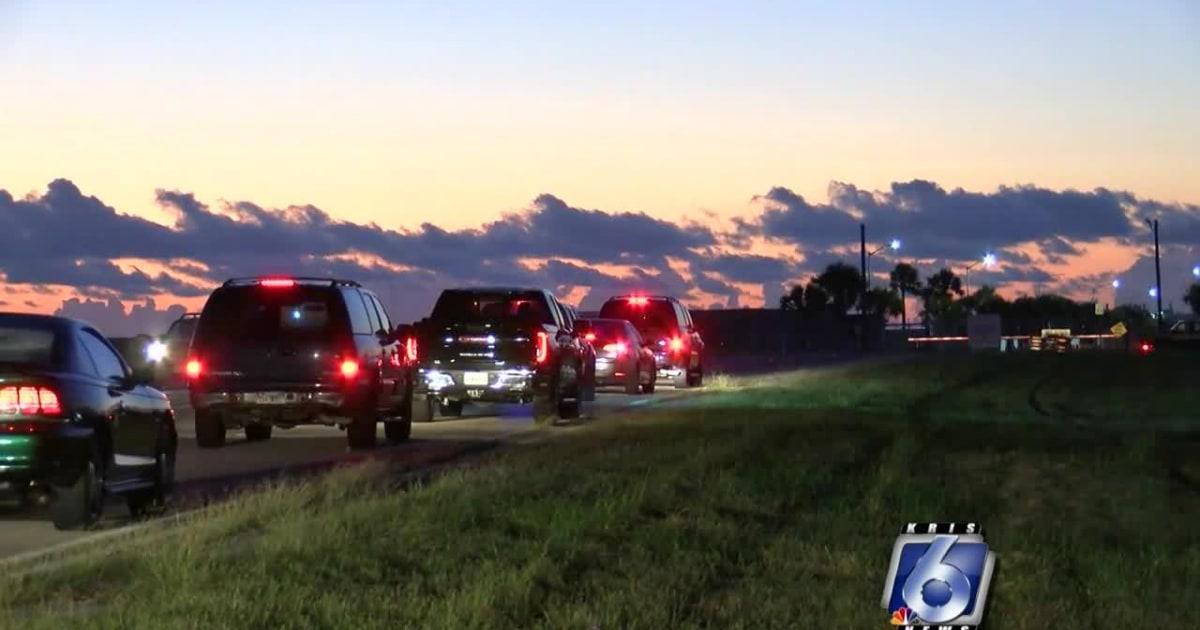 Truk kecelakaan melalui pintu gerbang di Texas naval station