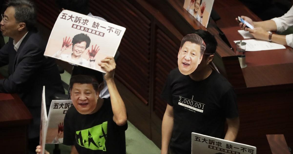 Kekacauan seperti Hong Kong anggota parlemen menggagalkan pemimpin tahunan alamat
