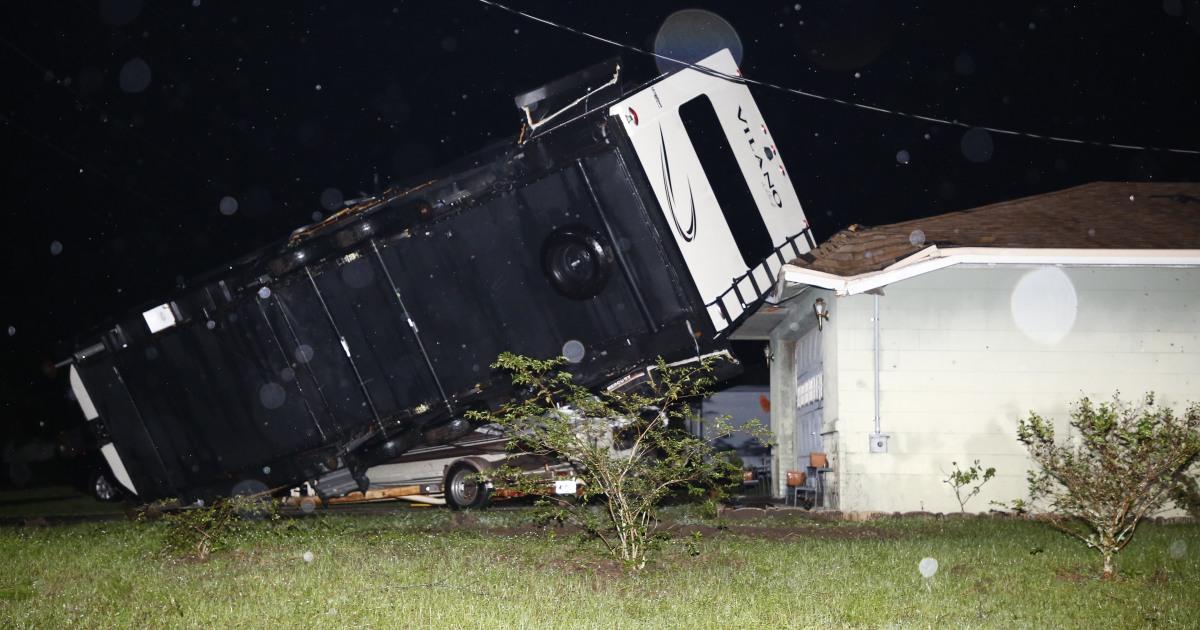 Καταιγίδα φέρνει τον άνεμο, τη βροχή, τυφώνες στη Φλόριντα Panhandle