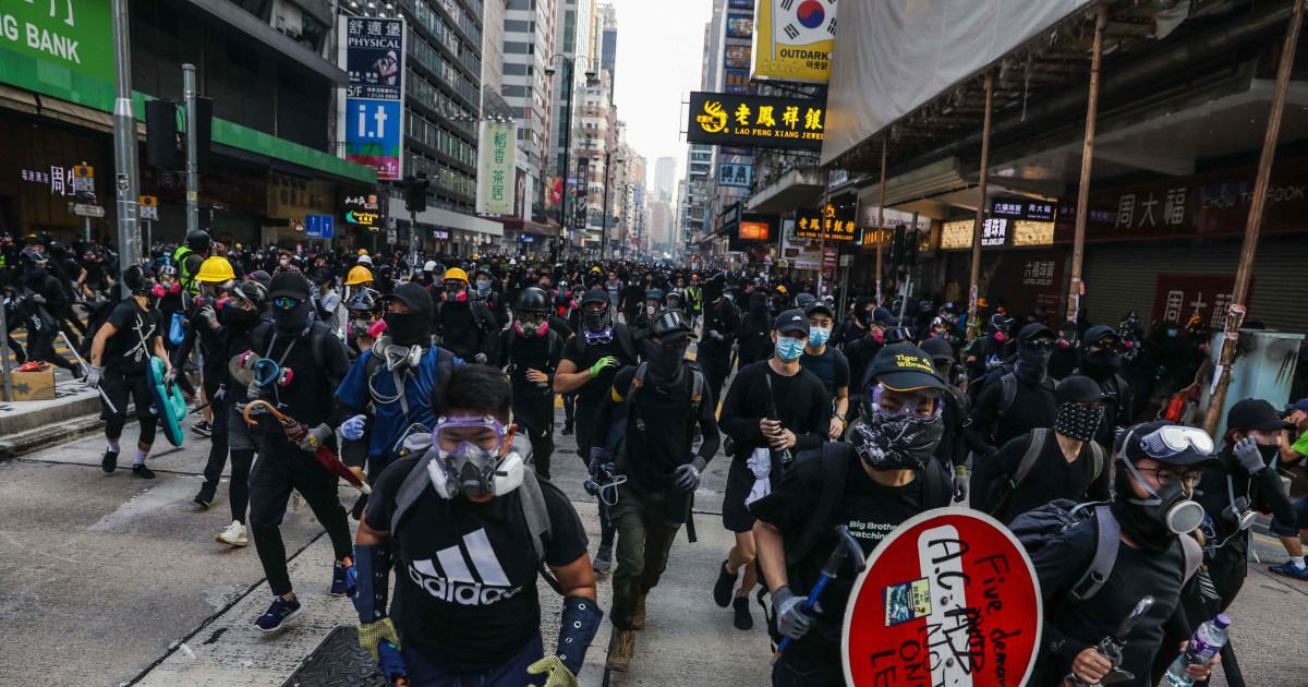 Hong Kong Demonstranten Straßensperren eingerichtet, Zusammenstoß mit der Polizei, als die Unruhen weiter