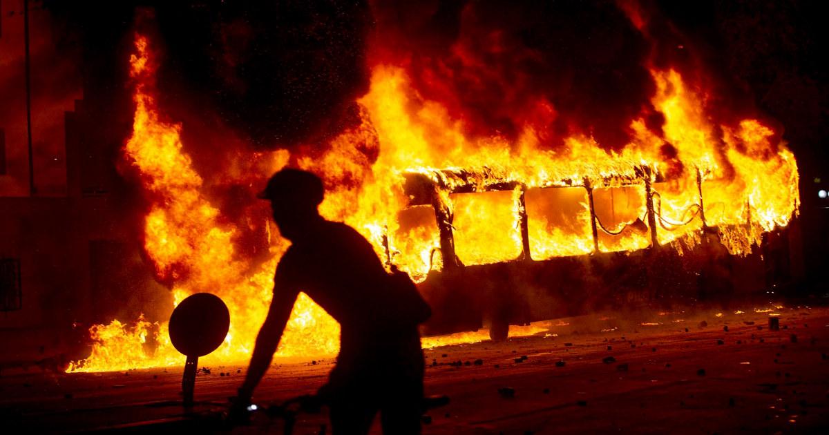 Kerusuhan di Chile meninggalkan setidaknya tiga orang tewas, keadaan darurat diumumkan