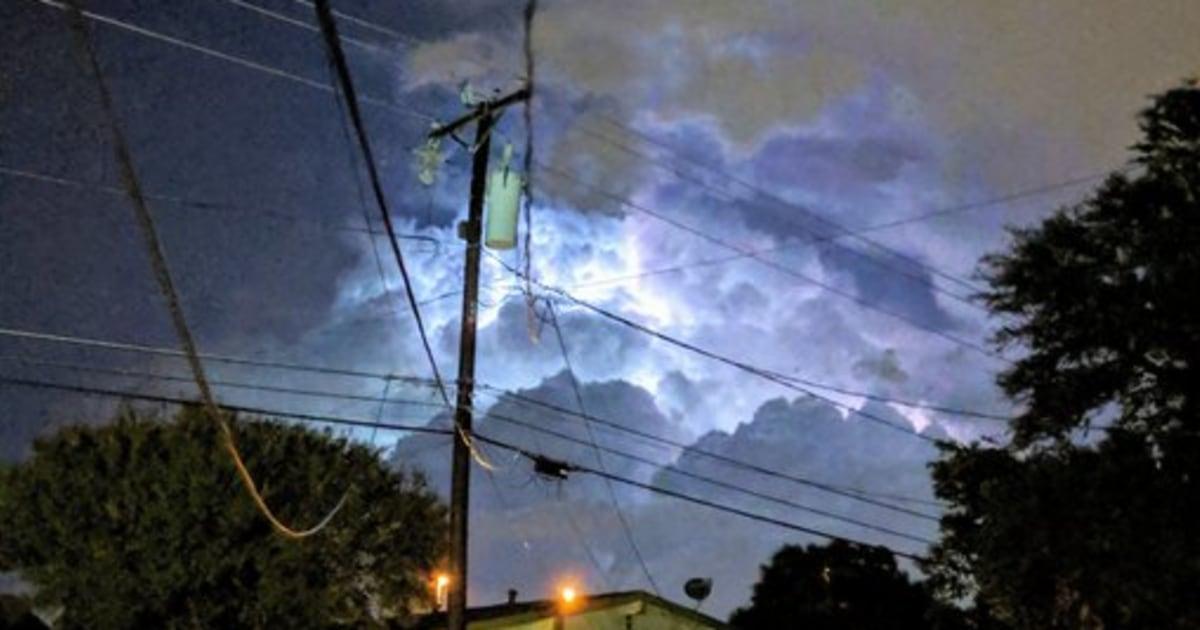 Tornado merobek melalui Dallas, terjun puluhan ribu dalam kegelapan