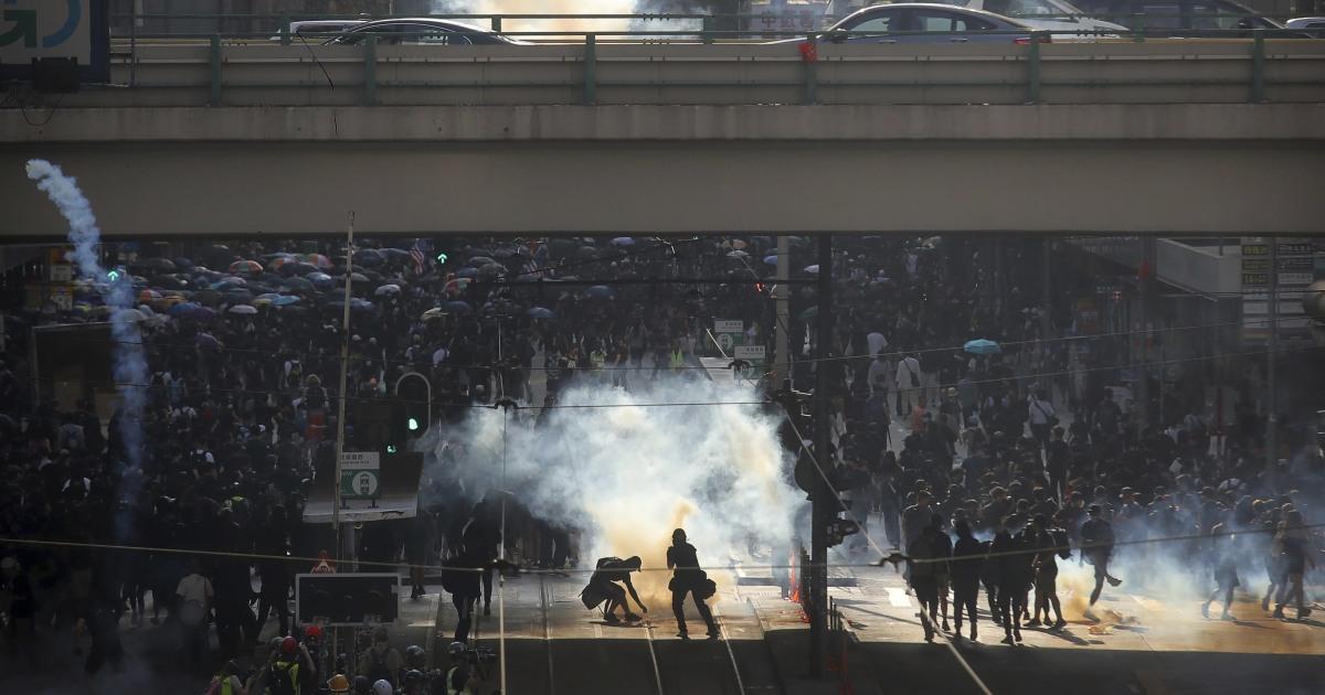 香港警察消防催涙ガスでの民主化抗議