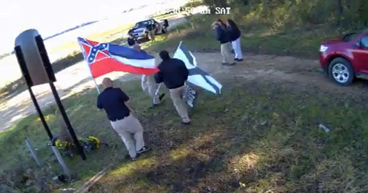 Weiße Nationalisten Versuch erwischt film video in front of Emmett Till memorial