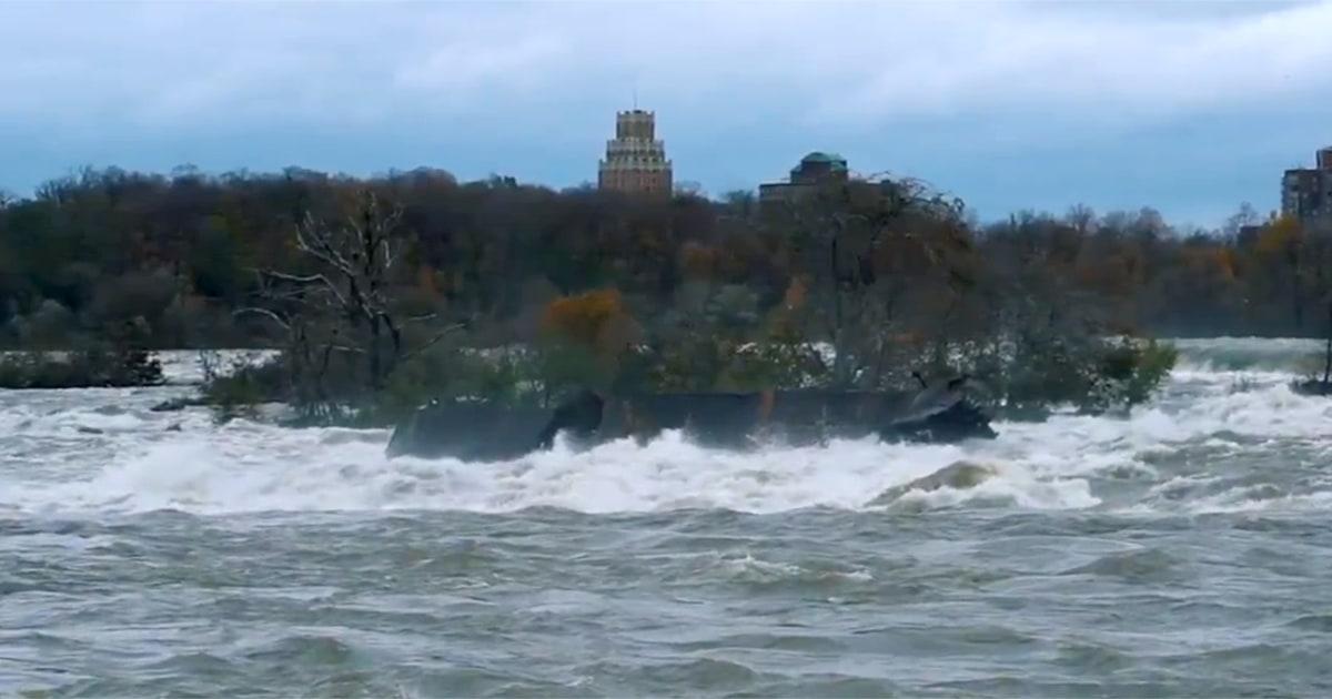 Massive gestrandetes Schiff auf Felsen 101 Jahren an den Niagarafällen entfernt