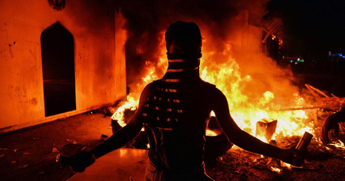 イランを非難燃焼の領事館によるイラクの抗議者たち