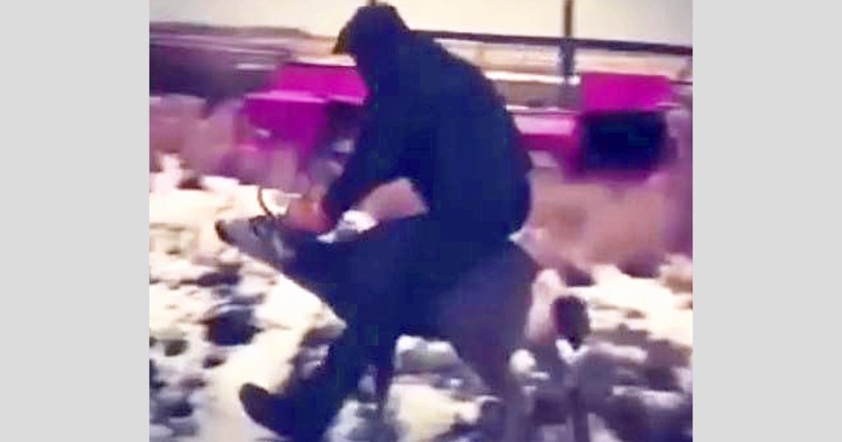 Oregon teenager festgenommen, nachdem angeblich gefangen auf video Reiten ein Maultier-Rotwild-Bock