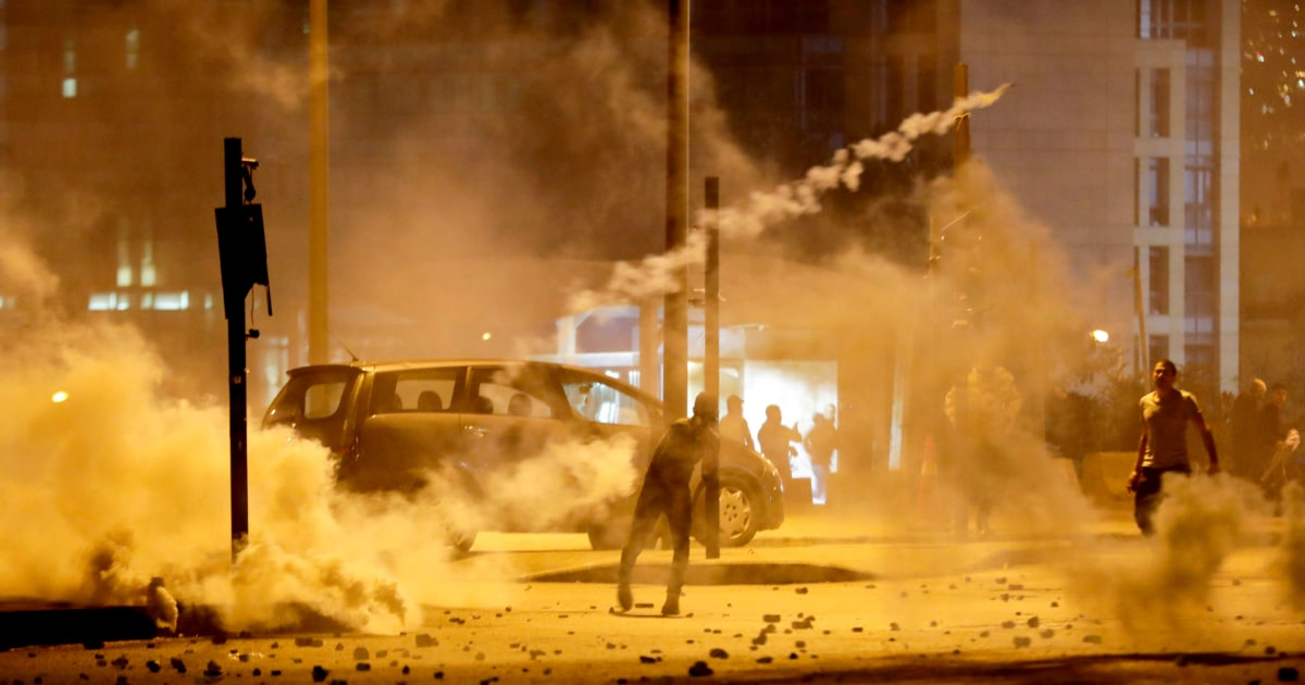 レバノン政権与党事務所の燃焼後の夜の衝突