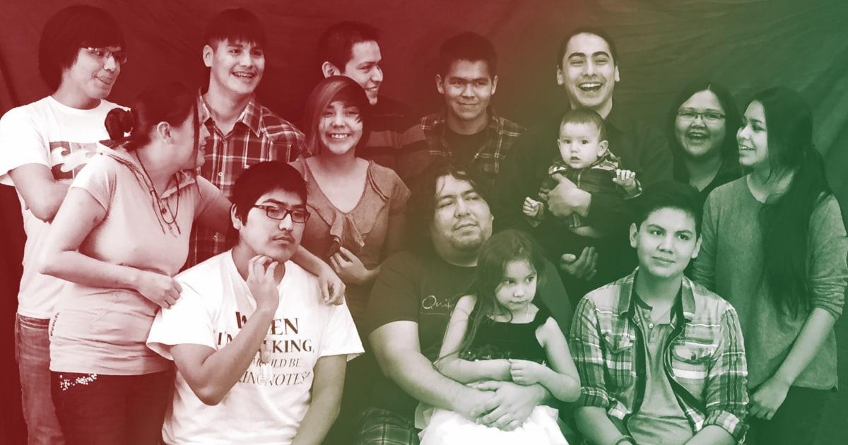 キリスト教を奏でネイティブの家族が離れがまた一緒にクリスマス