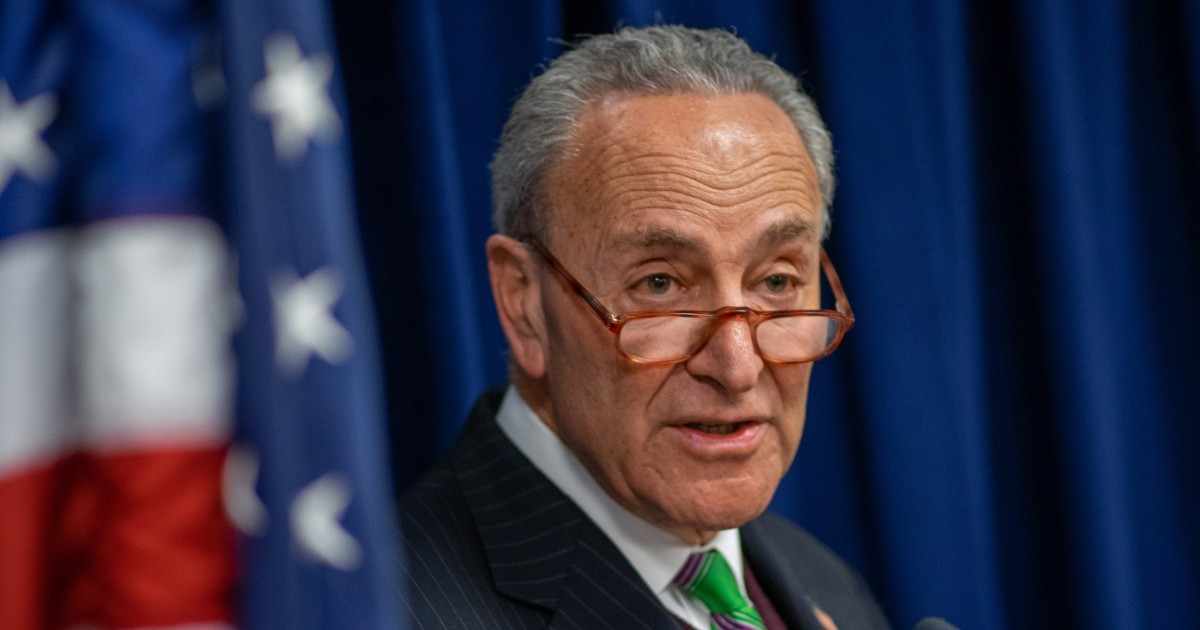 'Vernichtender Schlag': Schumer, sagt der neu enthüllten E-Mails zeigen, warum der Senat GOP muss, damit Anklage Zeugen
