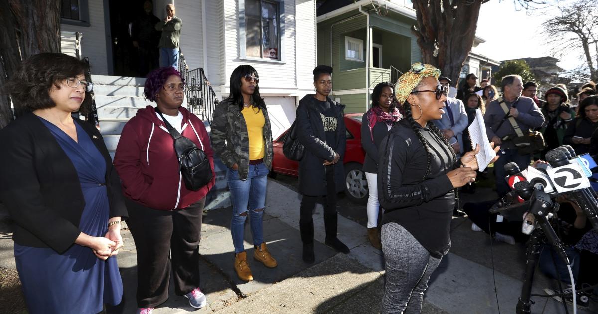 Άστεγοι μαμάδες έξωση μετά από πολύ αγώνα για να ζήσουμε σε κενή Καλιφόρνια σπίτι