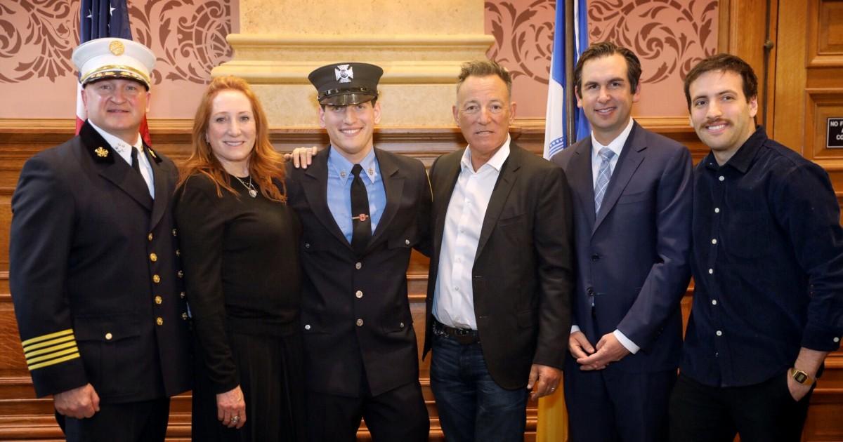 Ο μπρους Σπρίνγκστιν, ο γιος του ορκίστηκε ως Jersey City πυροσβέστη