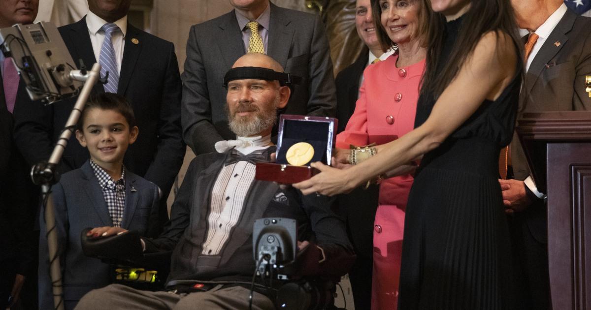 Πρώην παίκτης NFL Steve Γκλίσον δοθεί το Χρυσό Μετάλλιο του Κογκρέσου για το ALS δουλειά