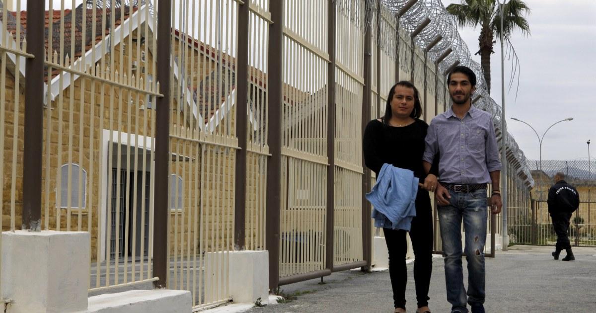 Gay Häftlinge binden Sie die Knoten im inneren Zypern Gefängnis