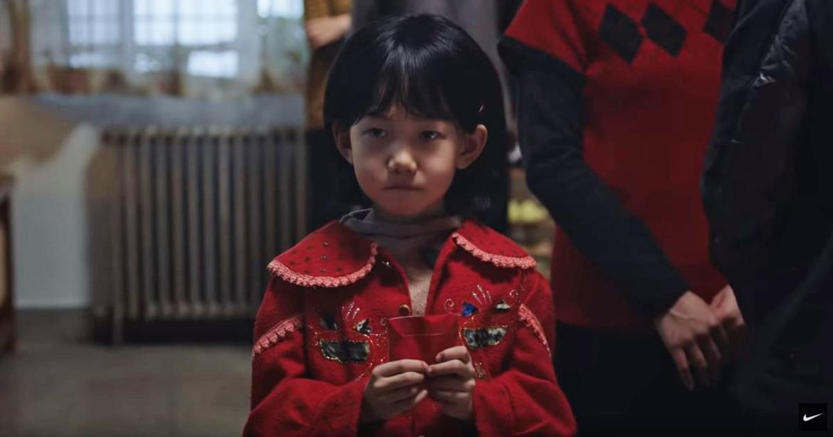 Nike Σεληνιακό Νέο Έτος ad τονίζει την εξάντληση ευγένεια πάνω από κόκκινος φάκελος παράδοση