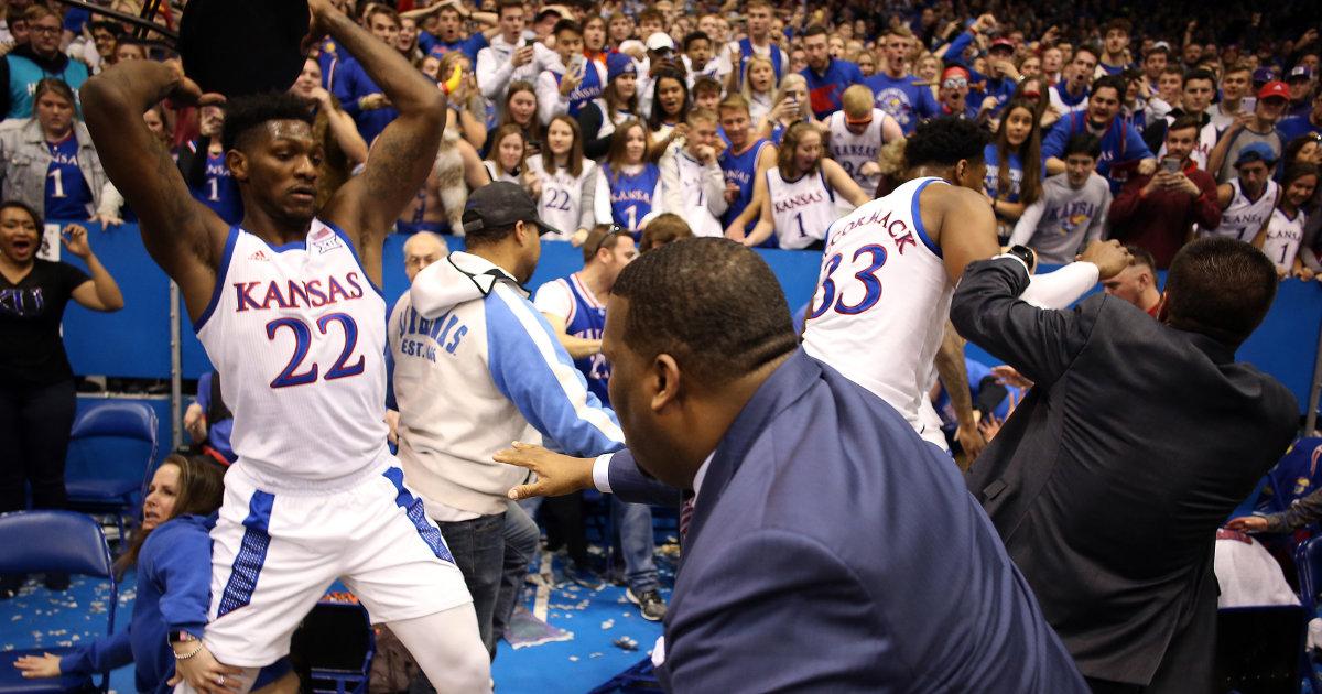 Bank-clearing-Schlägerei ausbricht, die am Ende von Kansas-Kansas State basketball-Spiel
